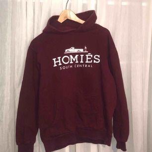 Vinröd hoodie från Homies South Centrals. Ganska välanvänd men inte trasig någonstans, snöret till luvan fattas.