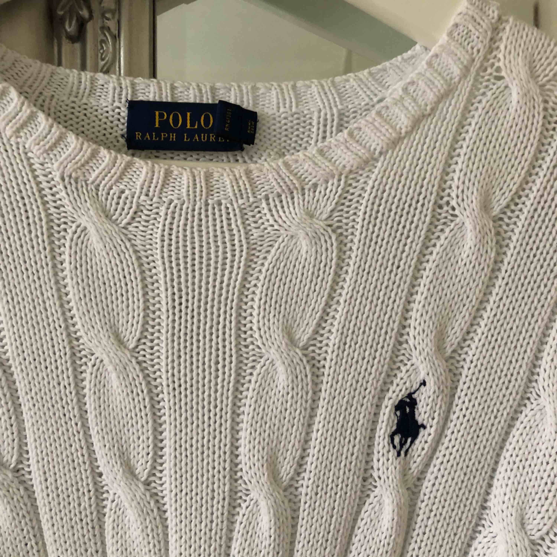 Kabelstickad tröja ifrån Ralph Lauren, inga hål eller defekter💫. Tröjor & Koftor.