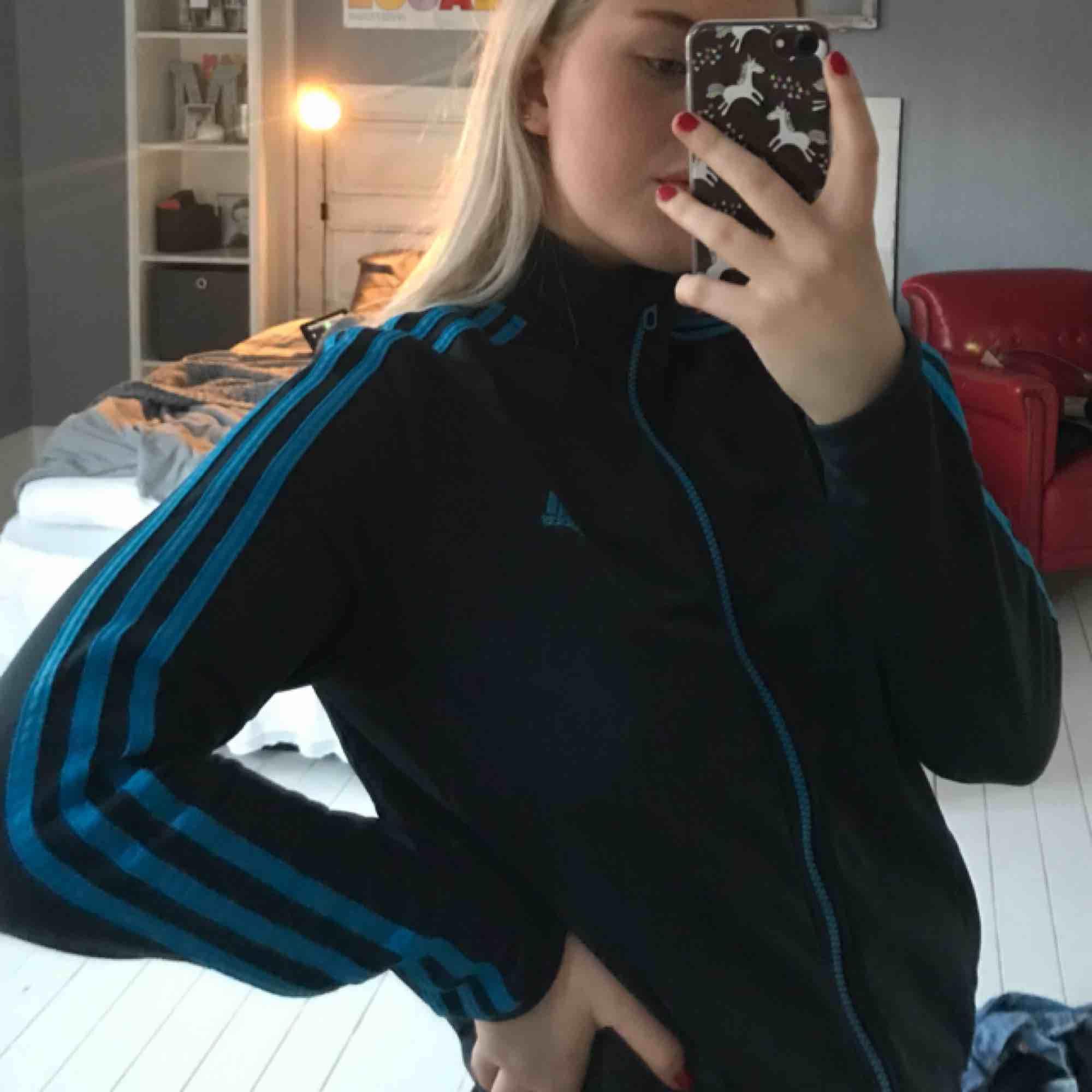 Adidas tröja marinblå med ljusblå stripes. Kan mötas i Örebro annars pris exklusive frakt . Huvtröjor & Träningströjor.