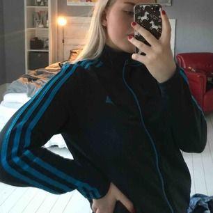 Adidas tröja marinblå med ljusblå stripes. Kan mötas i Örebro annars pris exklusive frakt