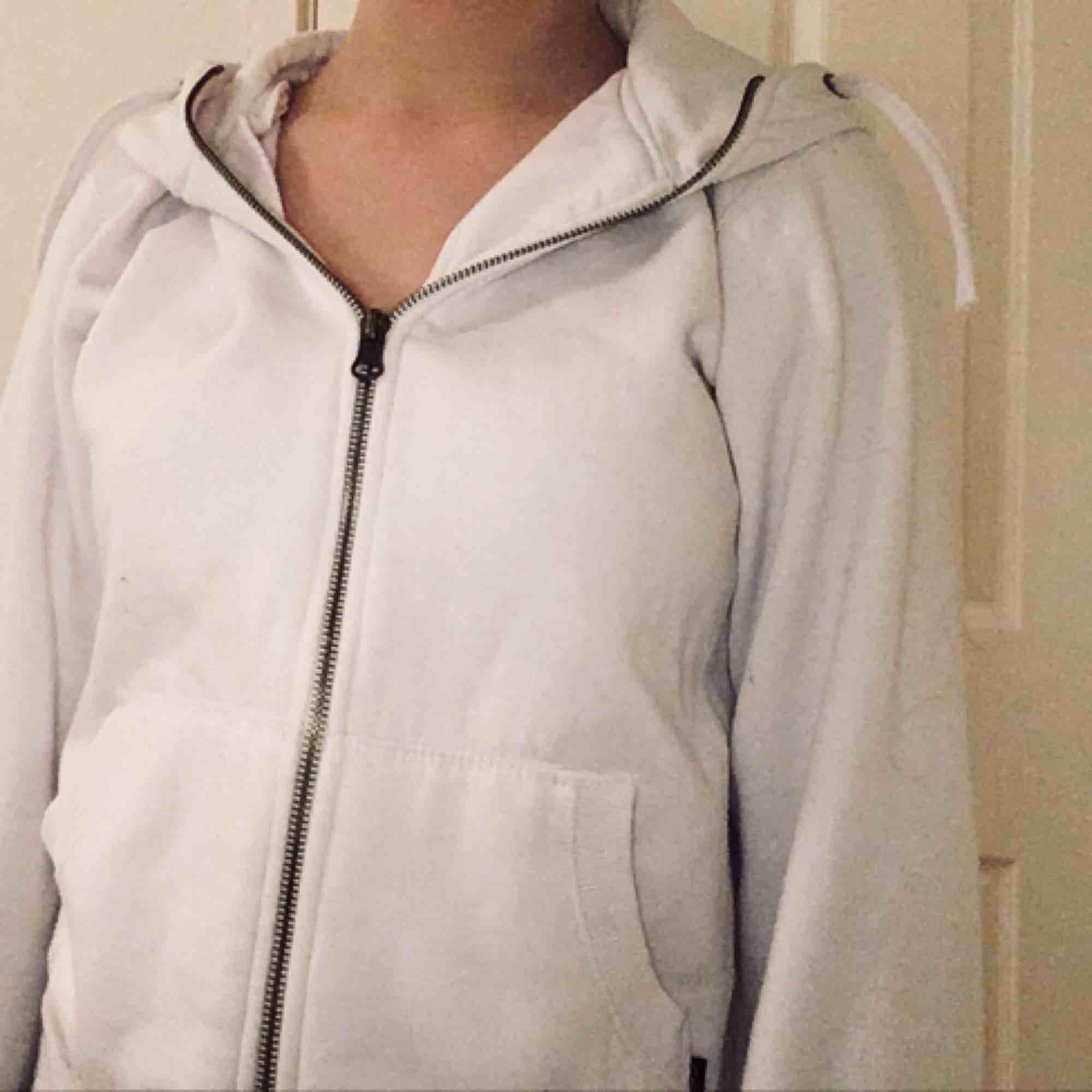 Vit hoodie från ett märke som heter equipe, fint skick. Storlek uppskattas till S / M. Köparen står för frakt 💗. Huvtröjor & Träningströjor.