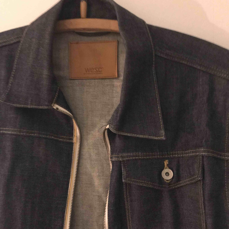 Mörkblå Jeansjacka herr från Wesc stl:M. Stängs med dragkedja, använd ett fåtal gånger. Stämmer i stl.  Vid mer bilder bara att fråga😊 . Jackor.