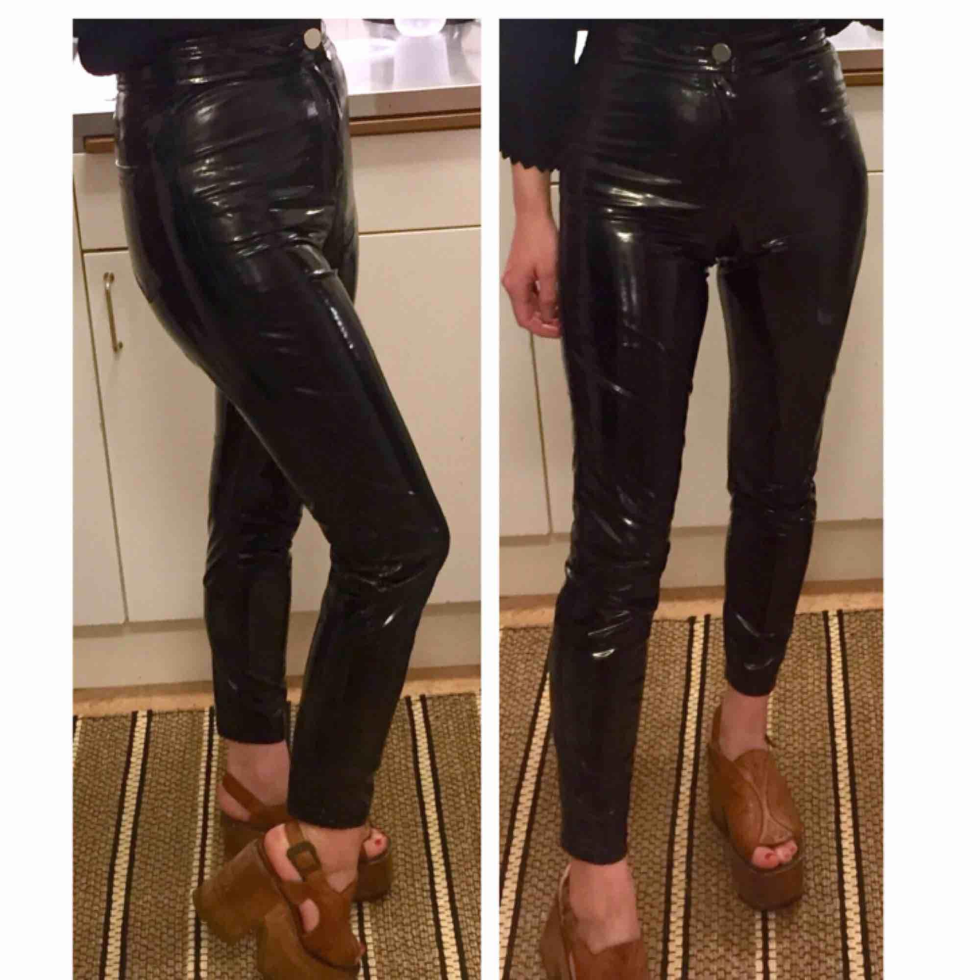 """✨💣PVC LACK VINYL BYXOR💣✨ Stl: 25"""" XXS-XS (jag är 160cm) Mått: (mätt platt) midja 32cm, innerbenslängd 68cm, totallängd 91,5cm. Köparen betalar frakten!. Jeans & Byxor."""