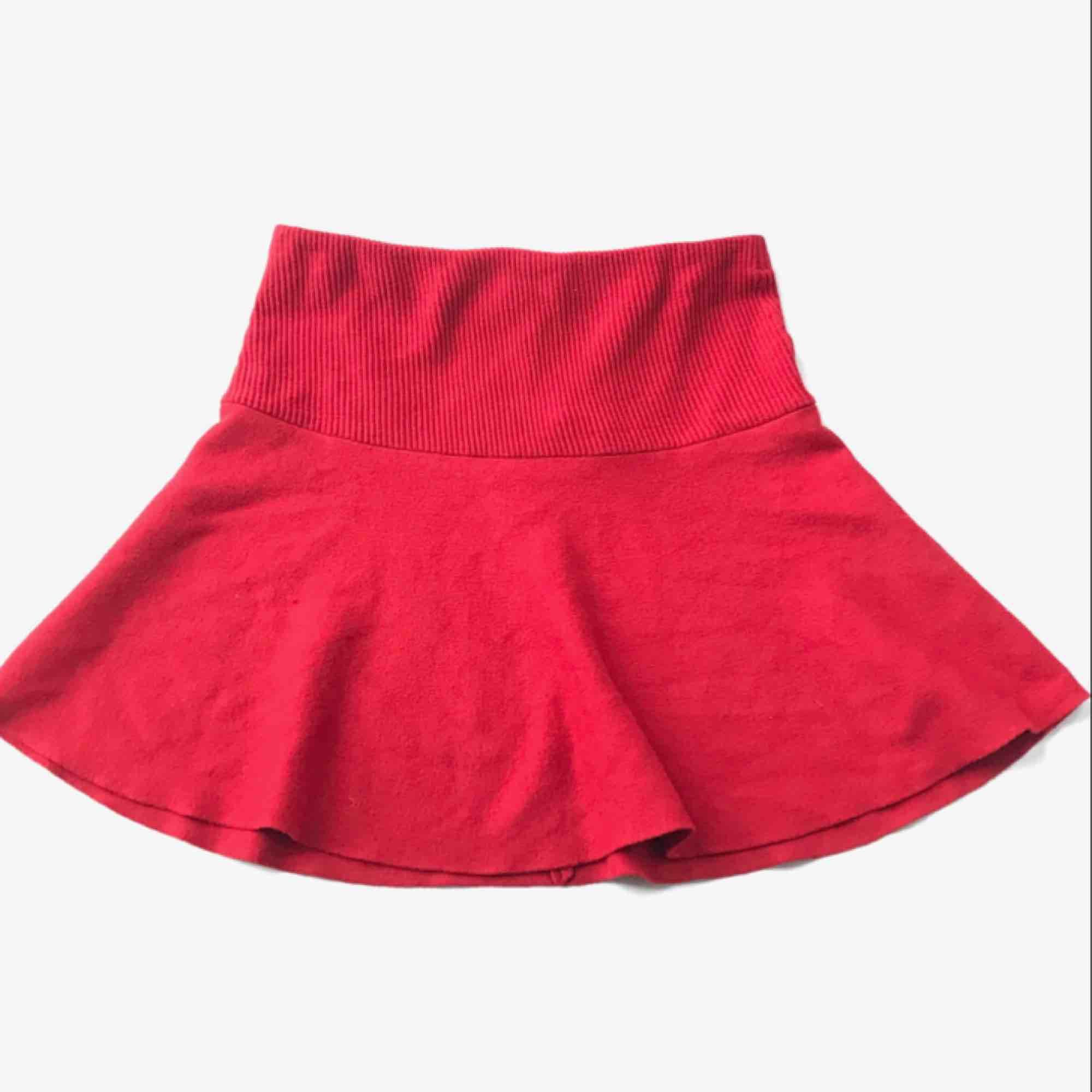 Kjol från Zara. Ordinarie pris ca 200-250kr. Använd fåtal gånger och är i mycket bra skick.   Mitt pris = 100kr. Kjolar.