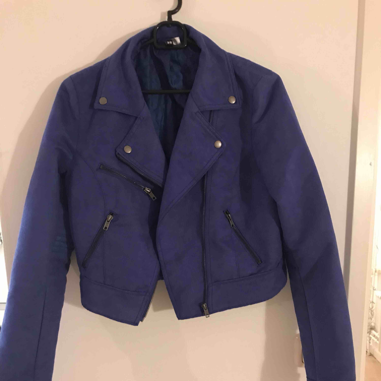 Blå Mocka jacka från H&M stl: 38. I mycket fint skick!  Stämmer i storlek. Lätt fodrad. . Jackor.