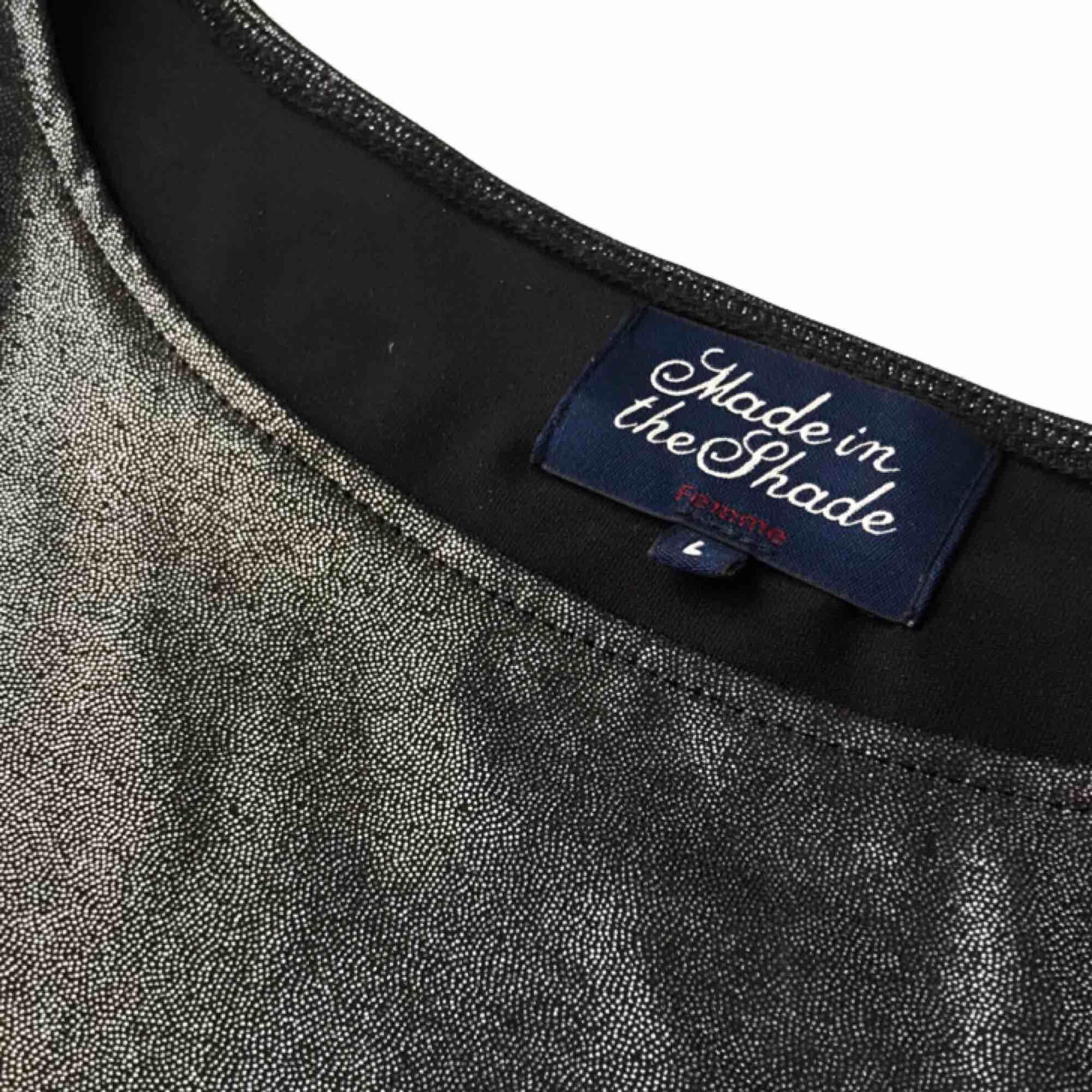 Rak klänning från Made in The Shade. Glansig/glittrig klänning som är använd 1 gång. Färgerna skiftar i blått/grönt/grått/lila beroende på ljus. Mycket gott skick. . Klänningar.