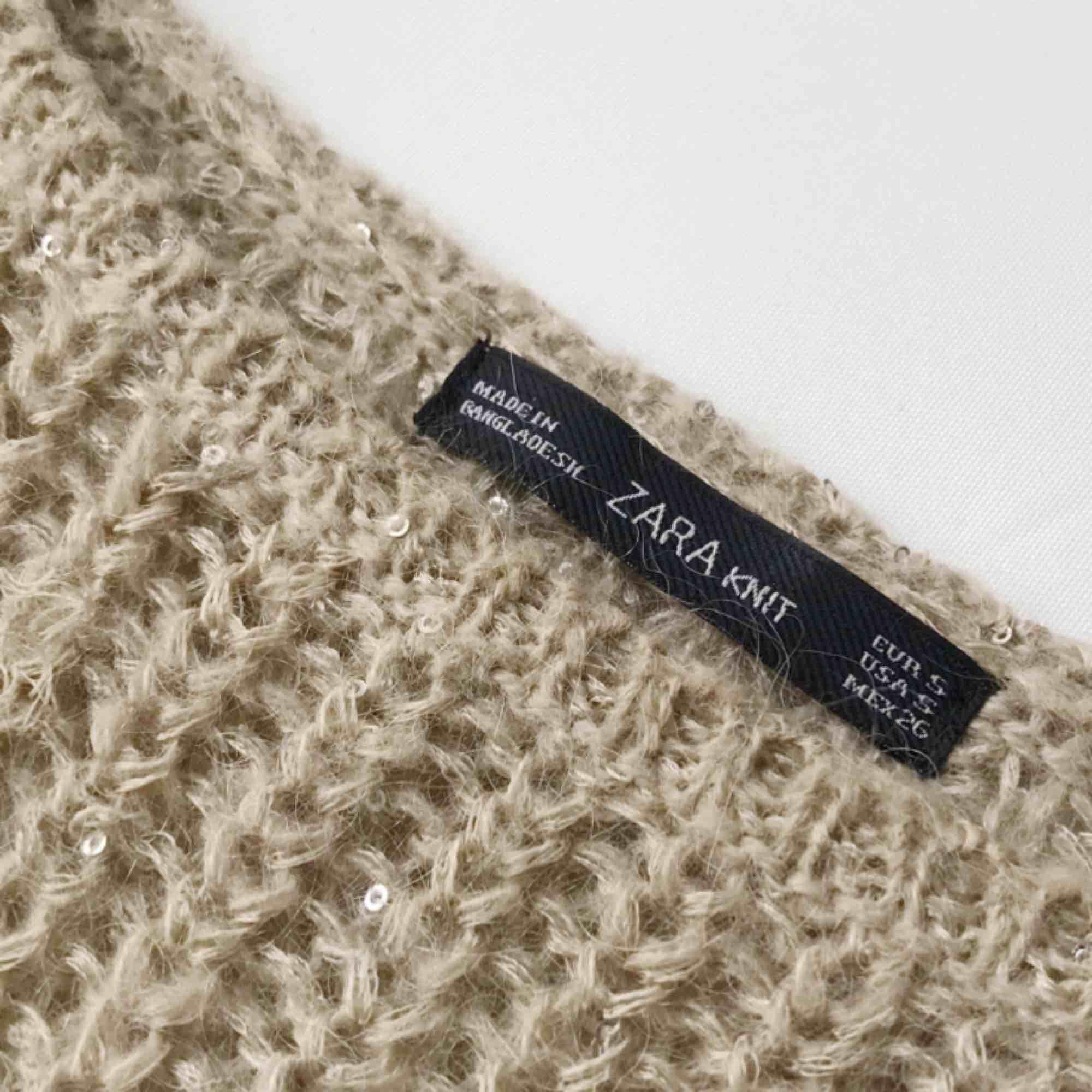 Tjocktröja från Zara med invävda små glitterpaljetter. Den är beige och slår åt grönt. Använd ett fåtal gånger och är i mycket bra skick. 100kr! . Stickat.