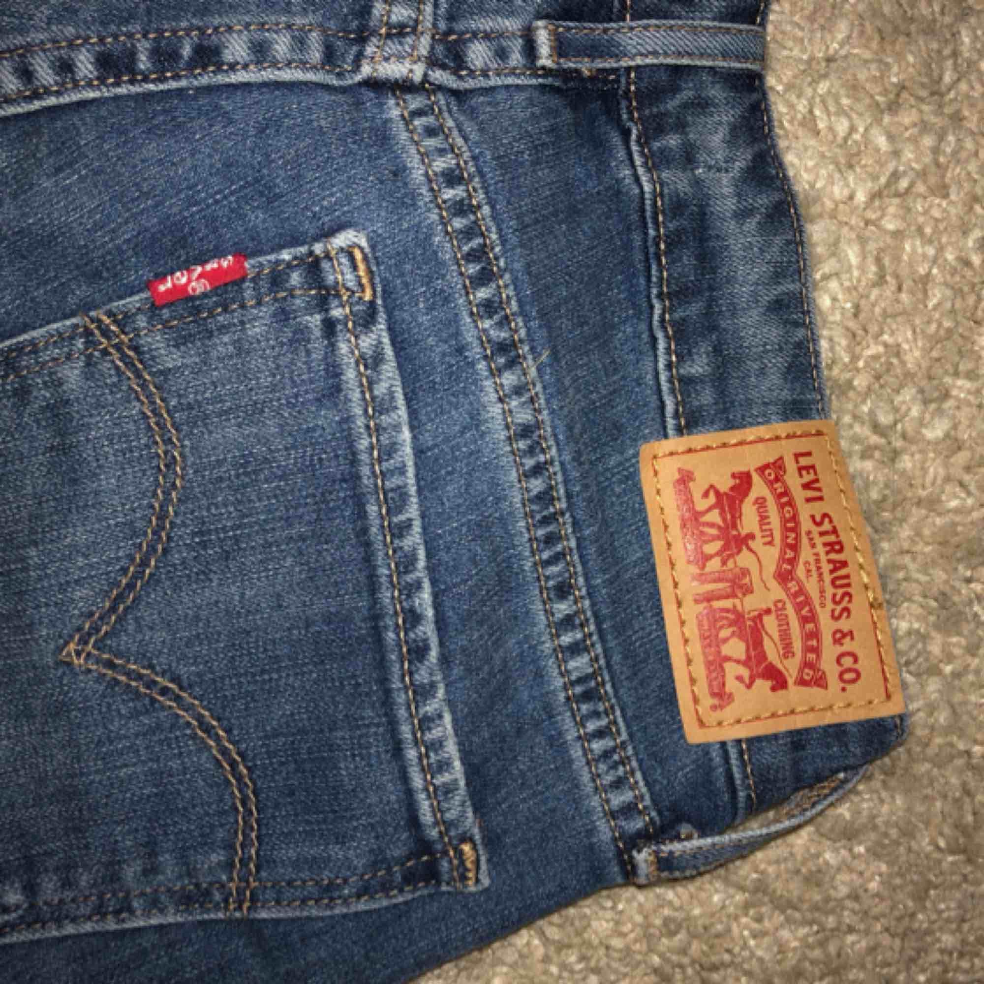 Ett par Levi's jeans i modell 711 skinny, storlek 26. De är i väldigt fint skick då jag tyvärr inte fått så mycket användning av dem! Köparen står för frakten.. Jeans & Byxor.