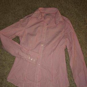 Rosa/vit-randig skjorta från Gina Tricot. Storlek 36 (small), fint skick. Köparen står för frakten.