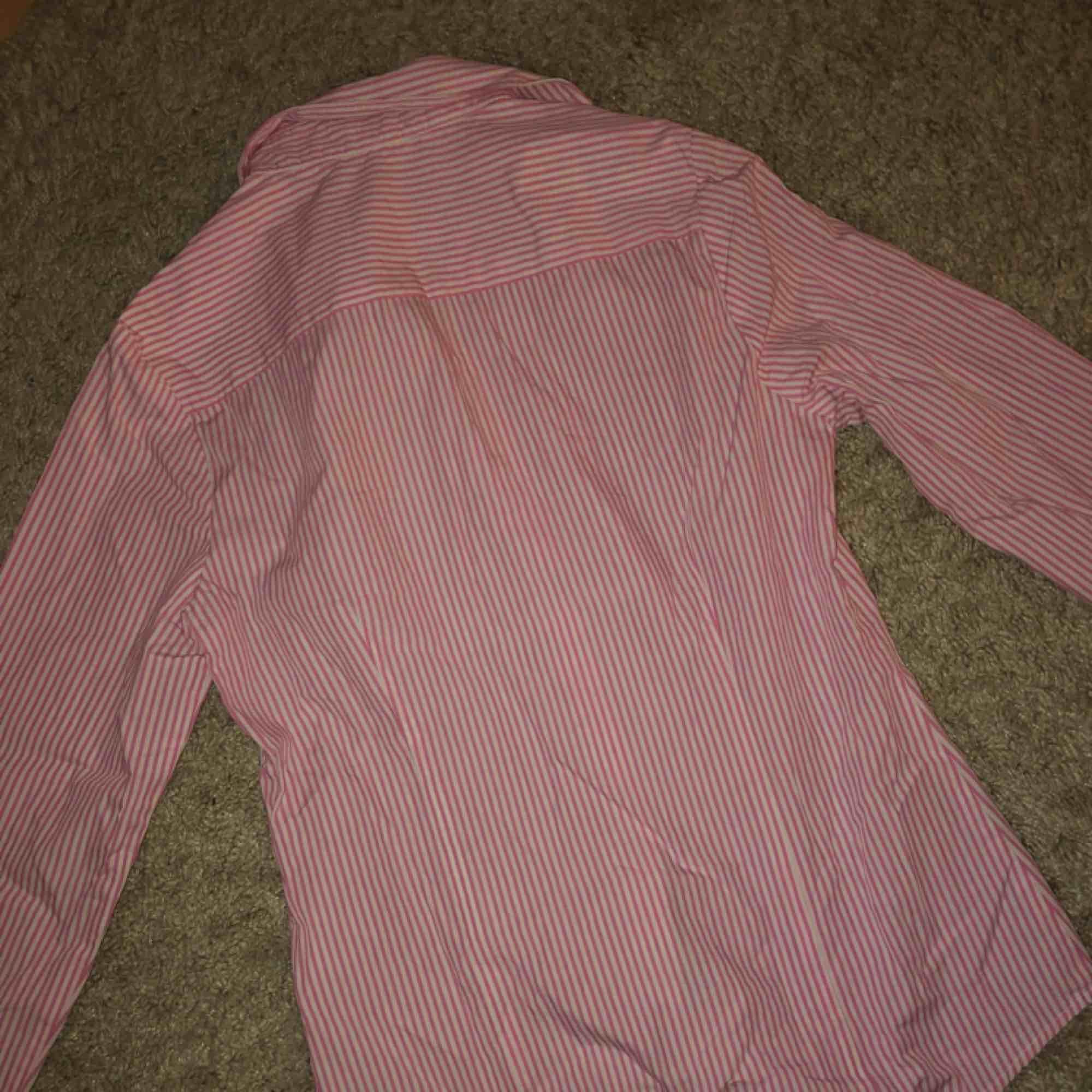 Rosa/vit-randig skjorta från Gina Tricot. Storlek 36 (small), fint skick. Köparen står för frakten.. Skjortor.