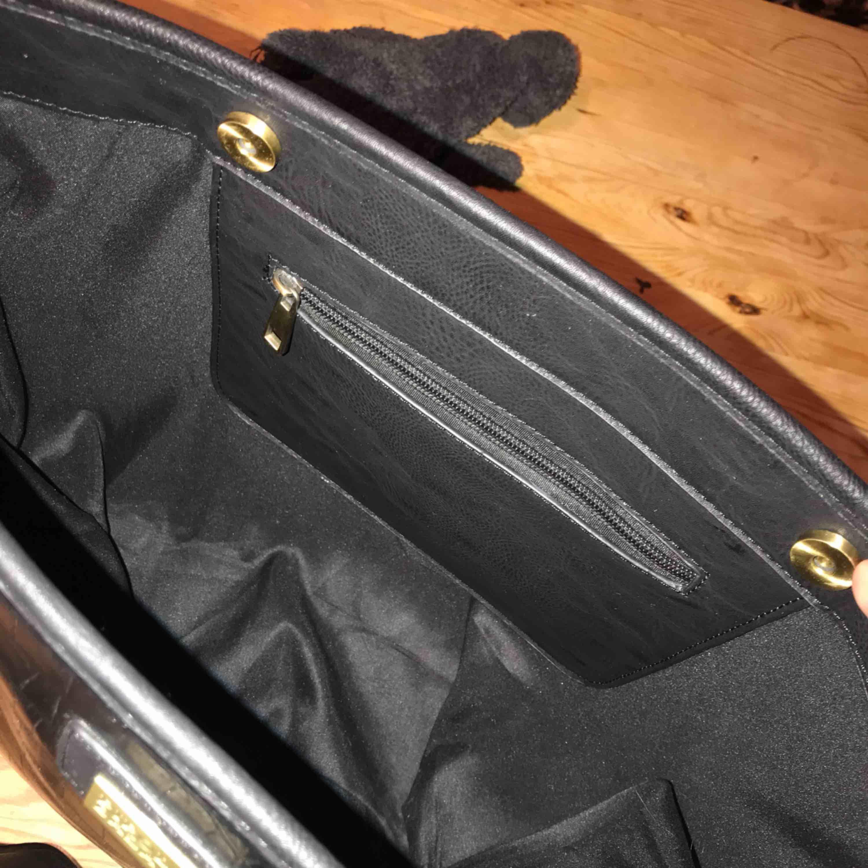 Snygg väska med äkta ormskinn leder :)  Vill säjer den . Finns mkt plats i . Väskor.