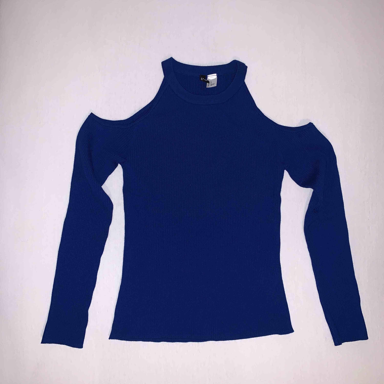En blå ribbad långärmad tröja med hål vid axlarna från H&M. Aldrig använd. . Toppar.