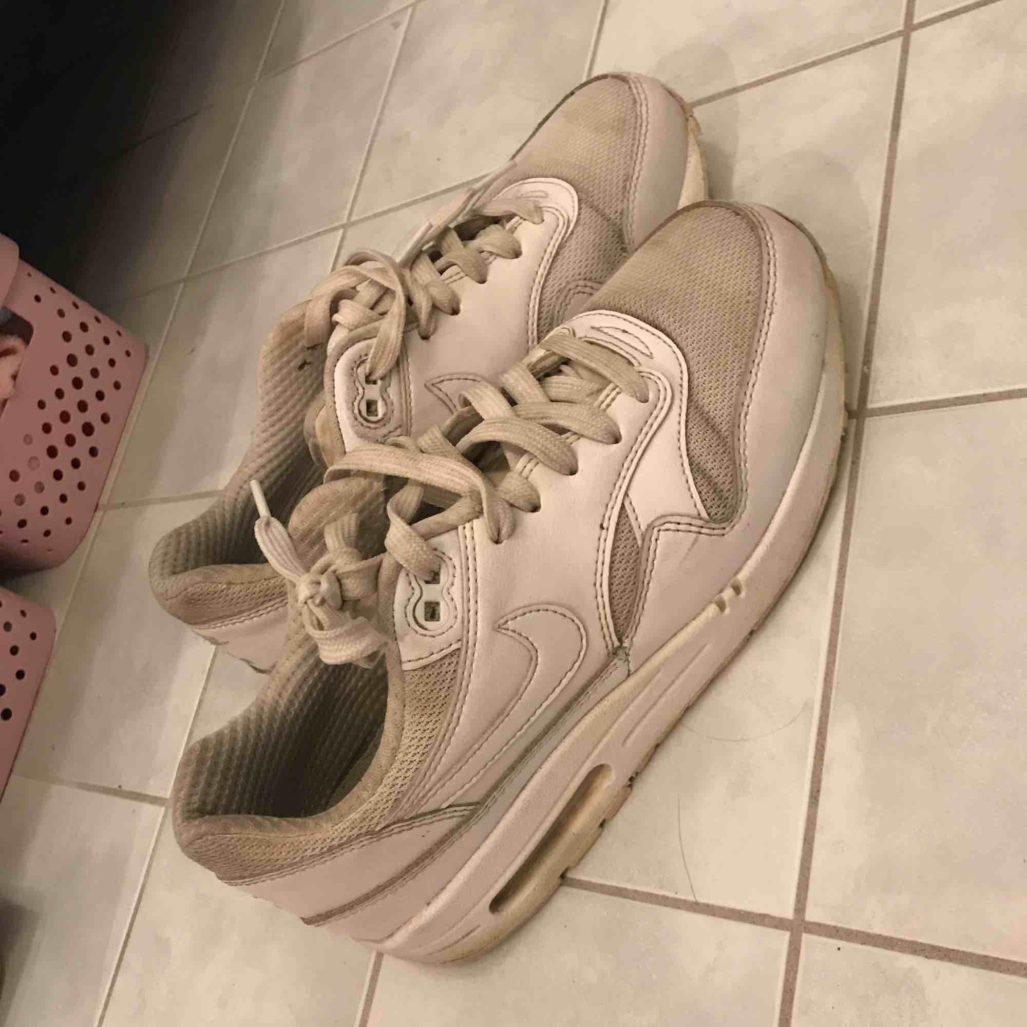 Nike air max 1. Smutsiga men mycket kvar att ge 😄 Bra skick, sulan är inte nersliten nånstans.. Skor.