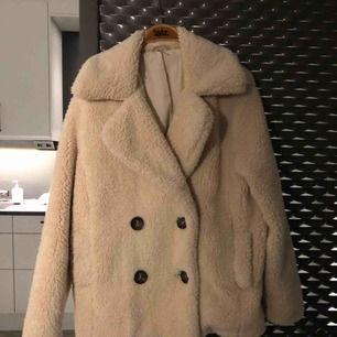 Jättefin ulljacka från Free People. Otroligt mjukt material och håller dig varm i kylan. Passar även S/M den är ganska stor. Knappt använd :)  Nypris 1000kr.