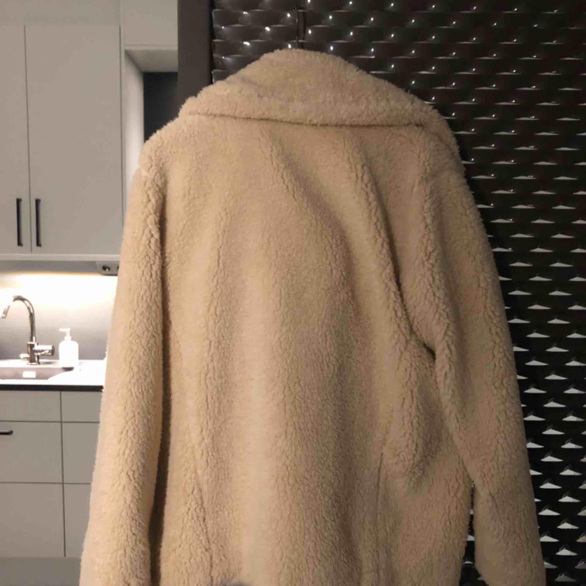Jättefin ulljacka från Free People. Otroligt mjukt material och håller dig varm i kylan. Passar även S/M den är ganska stor. Knappt använd :)  Nypris 1000kr. . Jackor.