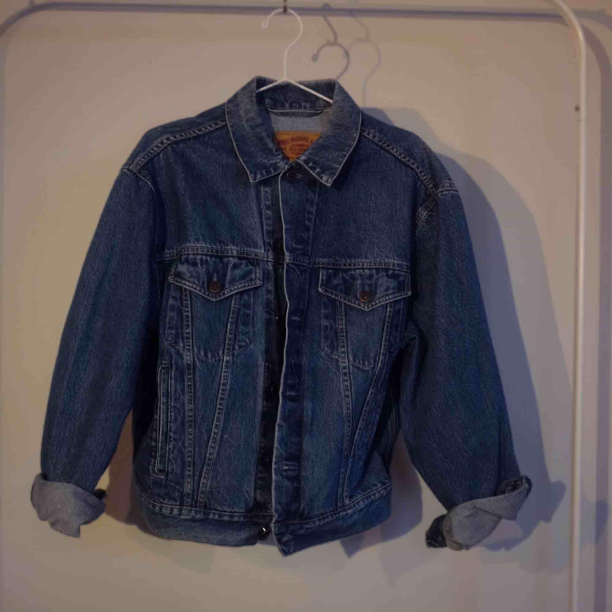 Unik vintage jeansjacka med handmålad design. Den går att tvätta i tvätt maskinen. Storleken är M/L men tjejen på bilden har XS så den passar de flesta kroppar. Jackor.