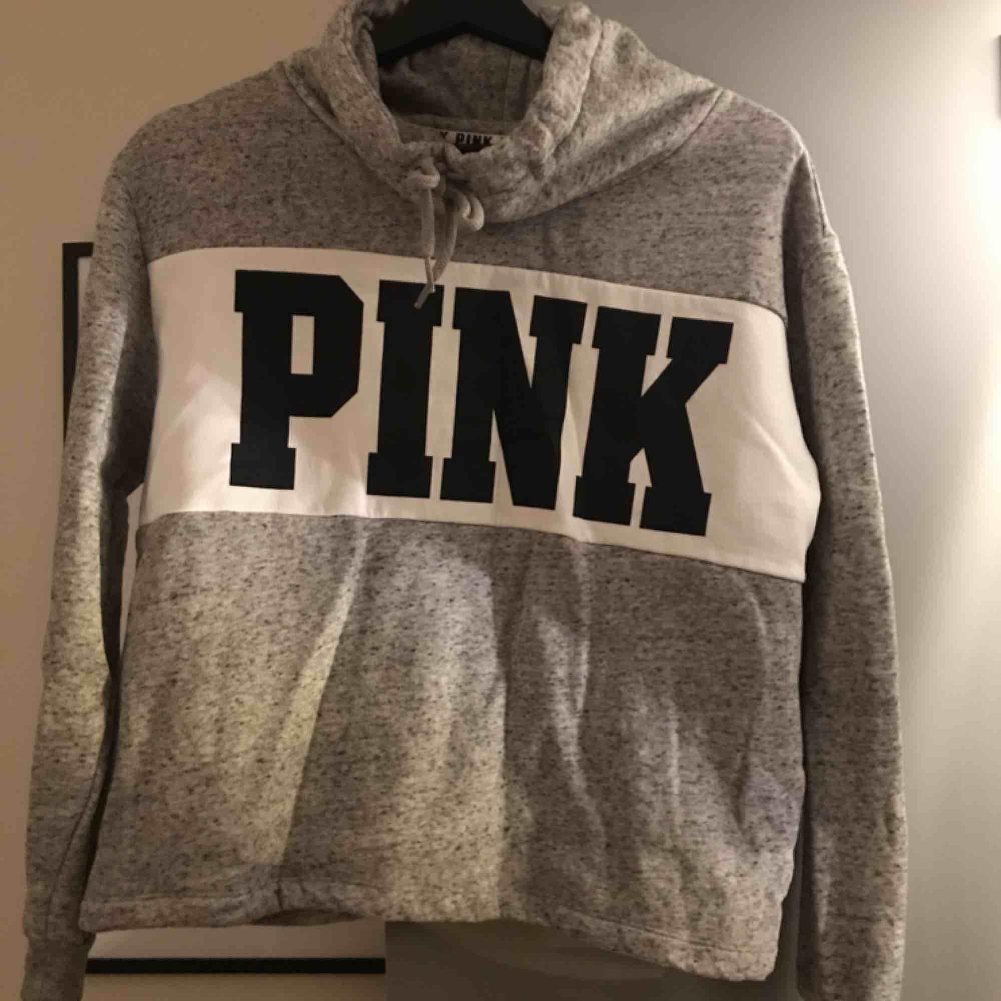 Grå sweatshirt från pink. Använd fåtal gånger så den är som ny. Säljs pga används ej. Nypris 580 spänn. Köparen står för frakten. . Tröjor & Koftor.