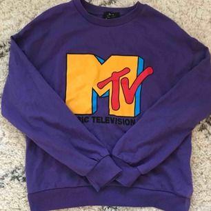 MTV sweater från bershka i storlek S Använd ett fåtal gånger. Kan mötas i Stockholm annars frakt. Priset kan disskuers