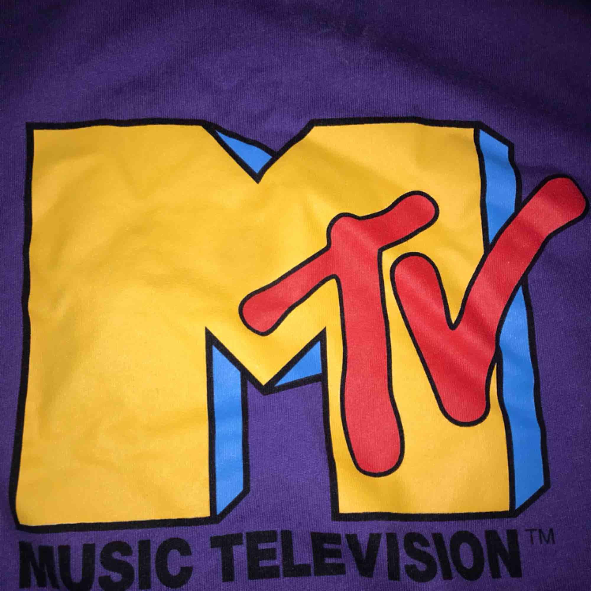 MTV sweater från bershka i storlek S Använd ett fåtal gånger. Kan mötas i Stockholm annars frakt. Priset kan disskuers. Tröjor & Koftor.