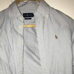 Nästan helt ny Ralph lauren skjorta i storlek XS. Använd max 4ggr.