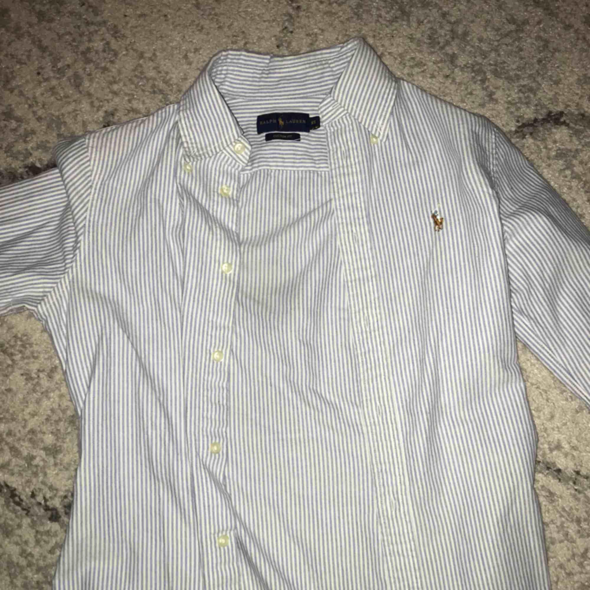 Nästan helt ny Ralph lauren skjorta i storlek XS. Använd max 4ggr. . Skjortor.
