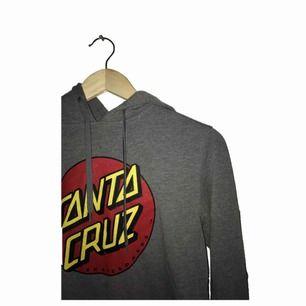 Santa Cruz hoodie size:Small skick:8/10 nypris:700kr.
