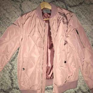 Rosa bomber jacka från Zara. Köpt för två år sedan. Säljer pga jag inte använder den.
