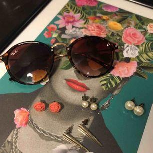 Superfina örhängen i perfekt skick! Köper du flera smycken får du paketpris 🌹 Solglasögonen (ej äkta ray bans)  får du för 100kr med fri frakt!