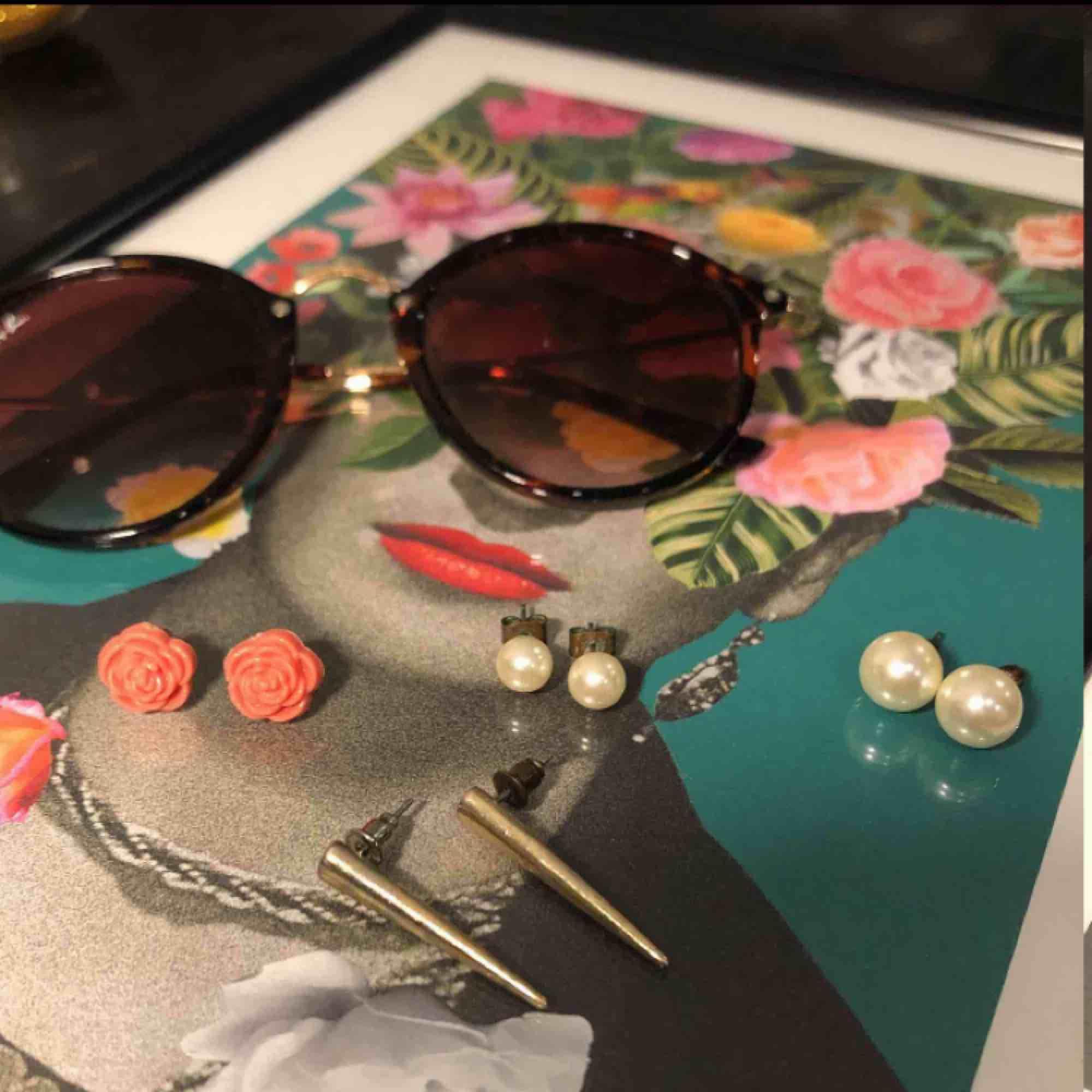 Superfina örhängen i perfekt skick! Köper du flera smycken får du paketpris 🌹 Solglasögonen (ej äkta ray bans)  får du för 100kr med fri frakt!. Accessoarer.