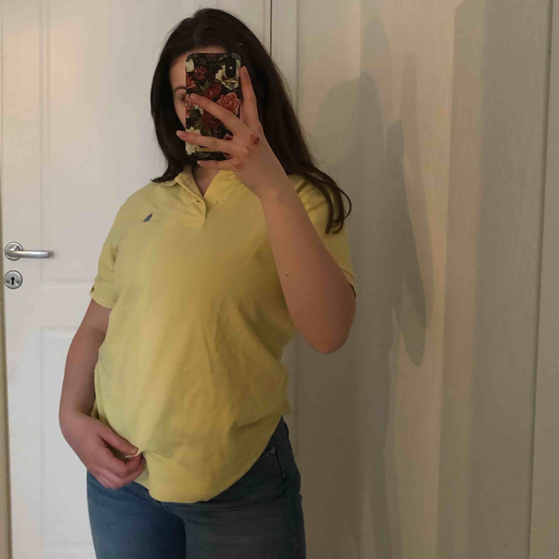 Superfin gul Ralph lauren tröja med blått märke! (Äkta såklart) jättefint att vika upp i bh-n (som jag gjort i bild 3) eller så kan man klippa så den blir en crop topp ifall man vill :) frakt: 26kr, skriv om du har några frågor! :). Toppar.