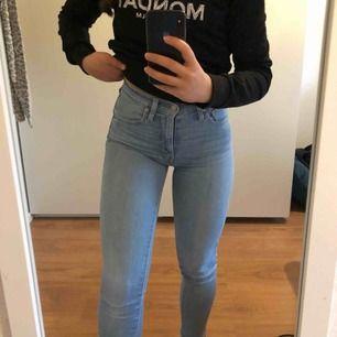 """Jeans från Levis i storlek W24 L30 som är som en XS i storlek. Modellen heter """"mile high super skinny"""" och har väldigt fin passform. Jeansen är i otroligt bra skick utan slitage.  Nypris: 1149kr  I priset ingår även frakt"""