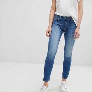 Säljer dessa Lee-jeans i modellen Scarlett! Köpta på Asos och enbart provade en gång. Säljes då de inte passade mig. Nypris ca 900kr, men säljes billigt då jag vill bli av. Ed dem!🌸