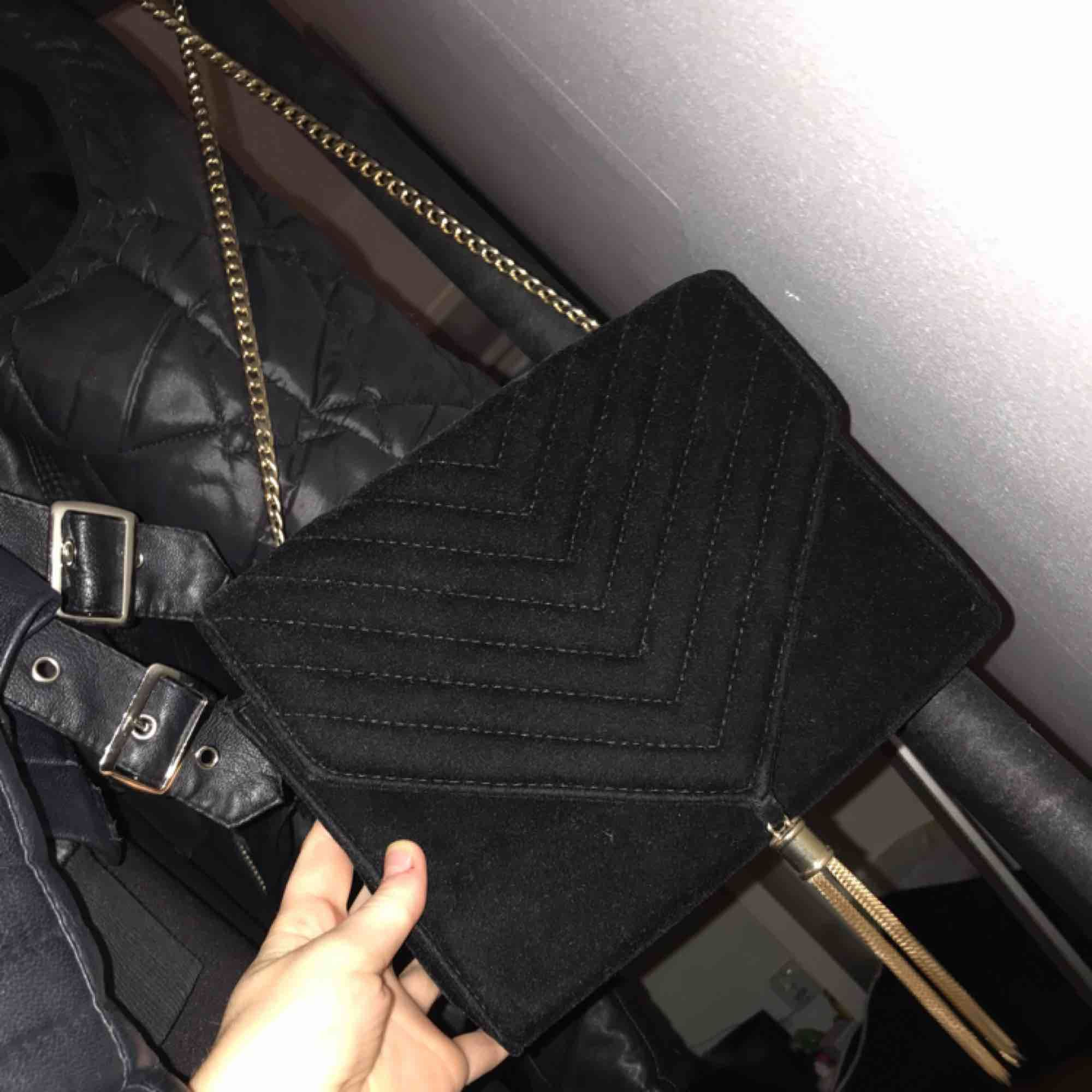 Nästan helt ny väska ifrån Gina. Säljer den då jag aldrig har fått användning för den. Frakten ligger på 55 kr . Väskor.