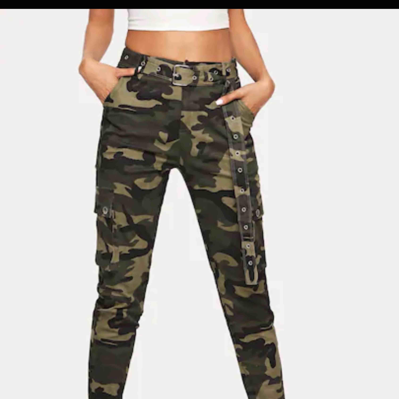 Militär byxor  Har använt dom 2 ggr totalt, den är M fast passar nog S också. Anledningen att jag vill bli av med dom är för den är lite för kort i längden för mig. Skriv om du vill ha mer bilder . Jeans & Byxor.