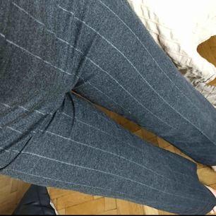 Högmidjade gråa kostymbyxor från Lindex