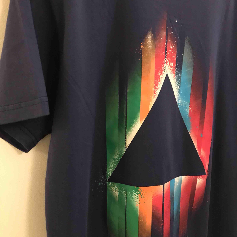 En ny mörkblålila t-shirt för 20:- plus 18:- i frakt= 38:-. T-shirts.