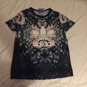ADIDAS-tshirt med asnajs blommigt tryck.  100%polyester 100%snygg