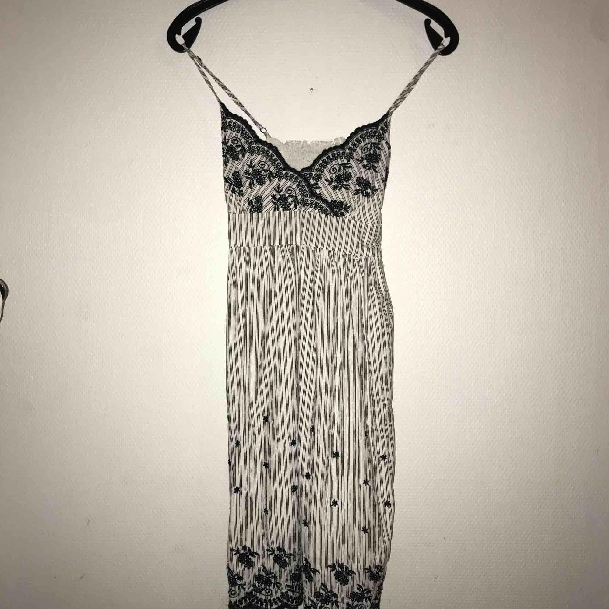 Jättesöt klänning med lite vintage vibes🥰 broderade mönster, resår i ryggen, justerbara band och ett band runt midjan❤️säljs då en inte passar mig längre🛍. Klänningar.