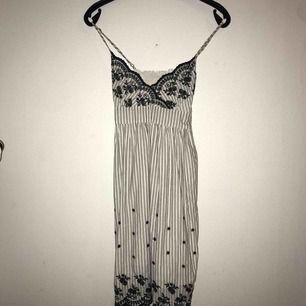 Jättesöt klänning med lite vintage vibes🥰 broderade mönster, resår i ryggen, justerbara band och ett band runt midjan❤️säljs då en inte passar mig längre🛍