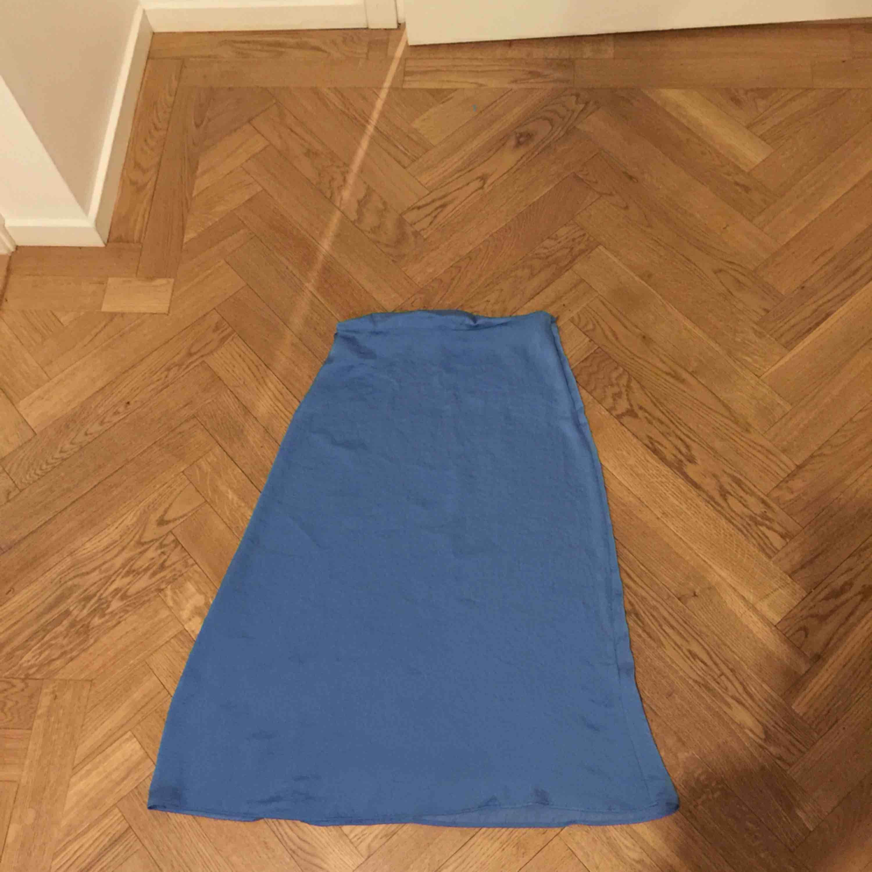 Superfin blå vadlång kjol från Ginatricot. Kjolar.