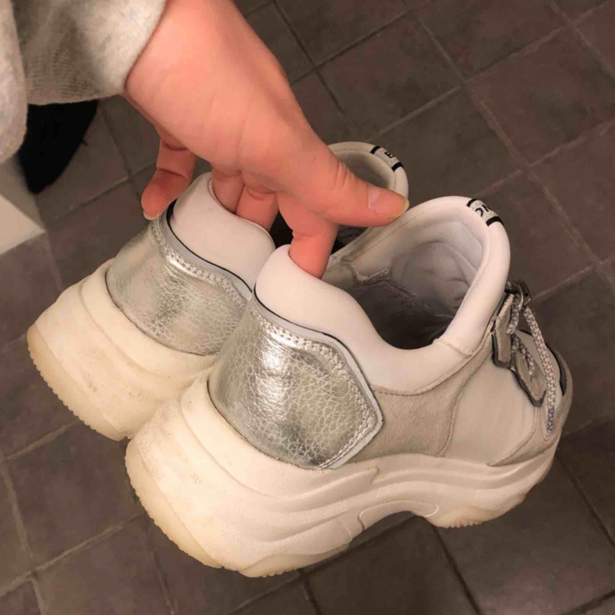 Jättesnygga chunky sneakers ifrån märket Bronx, använda hyfsat mycket men fortfarande väldigt bra skick då jag tagit hand om dem! :) köpta för ca 1500 och frakten ingår! Pris kan diskuteras. Skor.