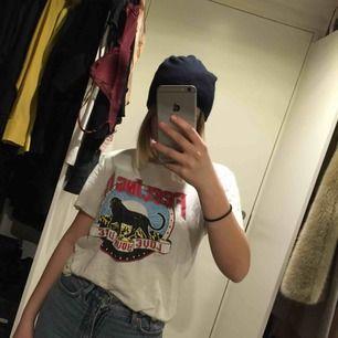 T-shirt från H&M, strl XS men väldigt oversized skulle säga mer S/M!!