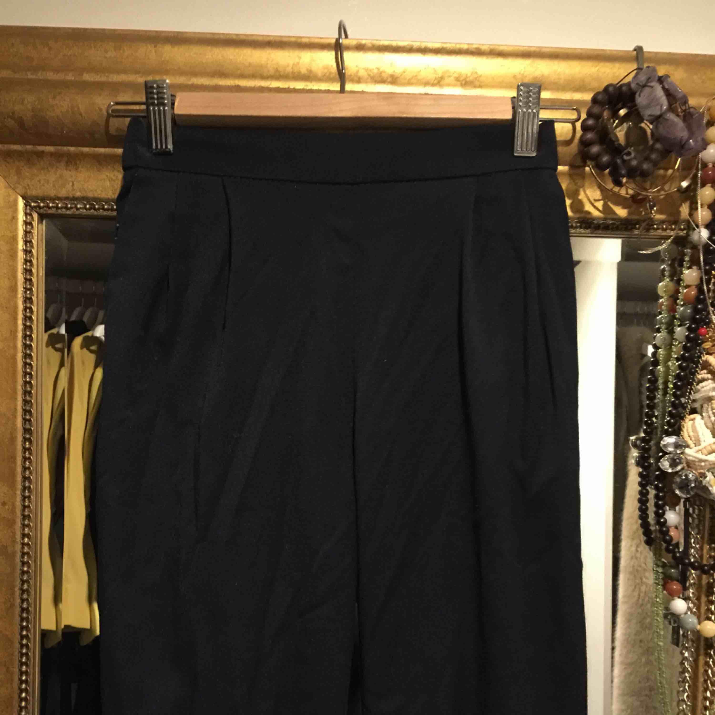 Strl 34/s byxor i en marinblå färg, ankel lång och knappt använda!!. Jeans & Byxor.