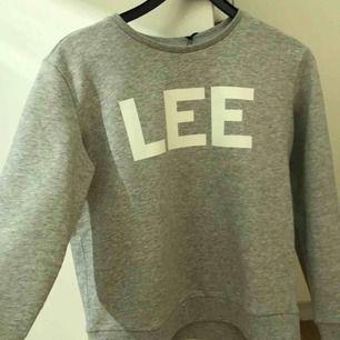 Lee sweatshirt  Helt ny! Endast testad 1 gång! Lapparna är kvar. Storlek S Lagom tjocklek. Originalpris 599kr!🥰