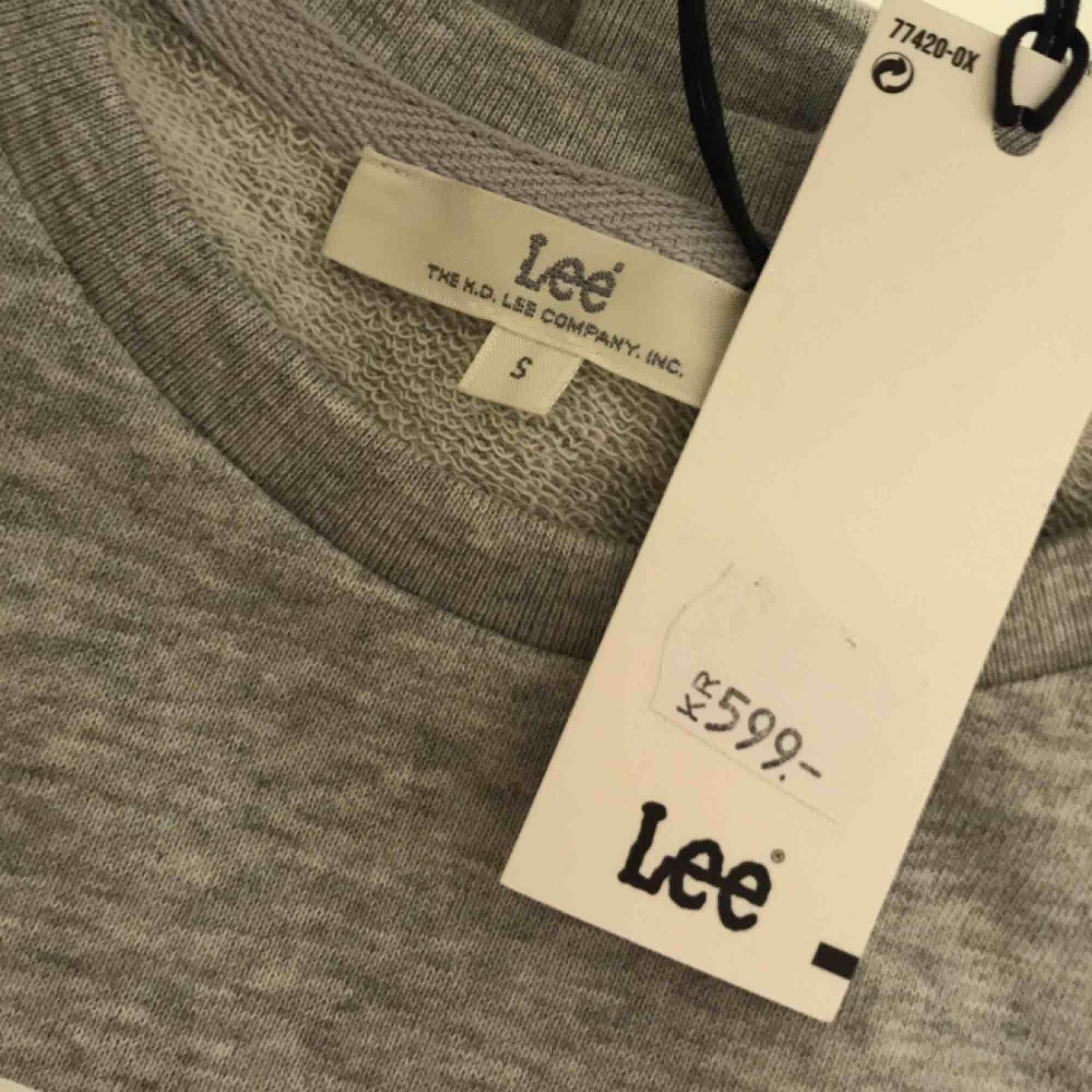 Lee sweatshirt  Helt ny! Endast testad 1 gång! Lapparna är kvar. Storlek S Lagom tjocklek. Originalpris 599kr mitt pris 400kr inkl frakt🥰. Tröjor & Koftor.