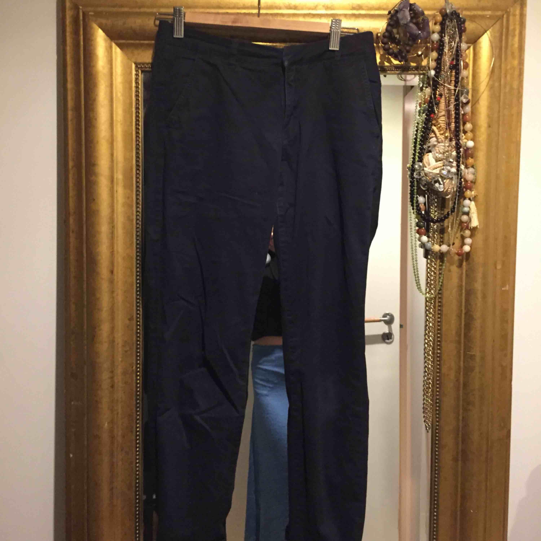 Marinblåa chinos i strl 34/s, använda få gånger och i bra kvalitet!. Jeans & Byxor.