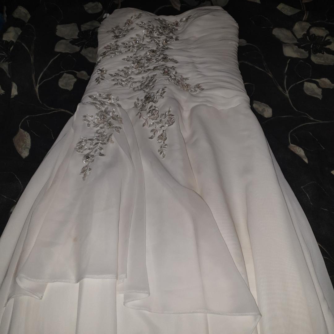 SISTA PRISET! Bal/Brud/Bröllops klänning. Snörning i ryggen så den passar flera olika storlekar. Den passar någon som är ca 165 cm. Färgen är Ivory.  Använd en kväll och behöver en tvätt men annars hel och fin.. Klänningar.