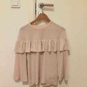 Fin vit/beige blus från inwear, nyskick, färgen är som på andra bilden!!