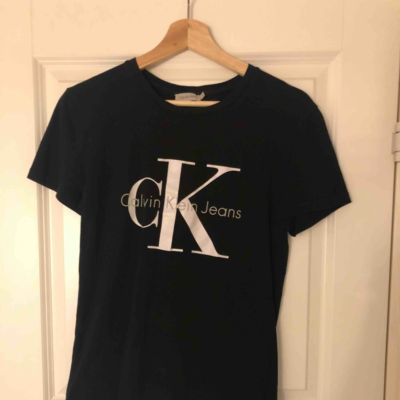 Äkta Calvin Klein t-shirt. Nypris 499kr. T-shirts.