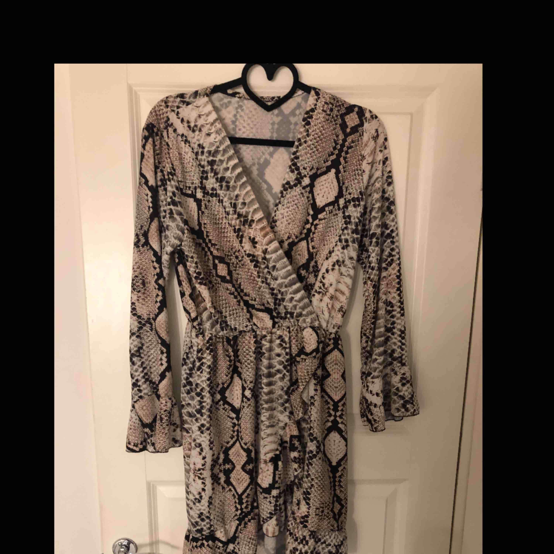 Onesize klänning passar nog alla men rekommenderar inte om du är för lång 😊 använd bara en gång.. Klänningar.